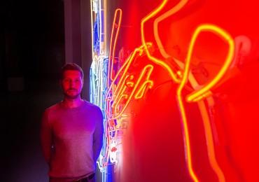 У Мистецькому Арсеналі Степан Рябченко перетворив свій дитячий малюнок в неонову інсталяцію